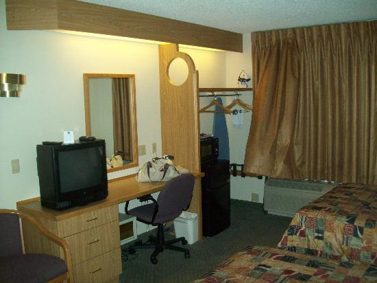 Sleep Inn Arlington Near Six Flags: Desk, TV, fridge/microwave combo