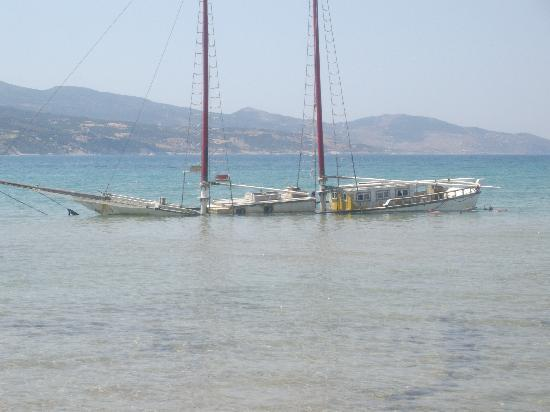 Hotel Letsos: kids can play on this shipwreck