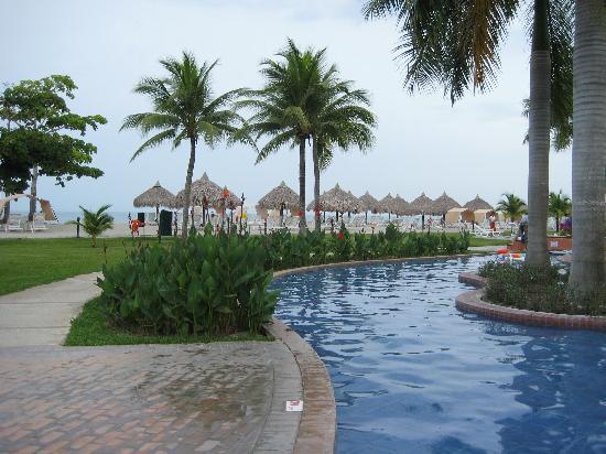 Royal Decameron Golf, Beach Resort & Villas: wading pool connecting two pool areas