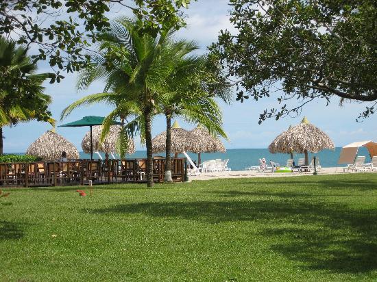 Royal Decameron Golf, Beach Resort & Villas: View of beach from walkway