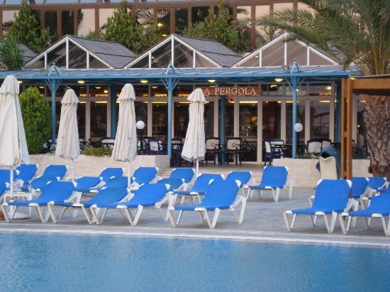 Aldemar Paradise Village : Restaurant self-service en bord de piscine