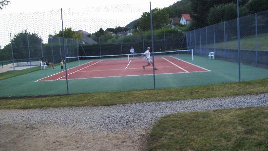 Terrain de tennis picture of family hotel vic sur cere for Dimension d un terrain de tennis