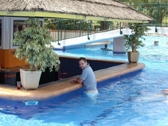 Royal Oasis Club at Pueblo Quinta: at the pool bar