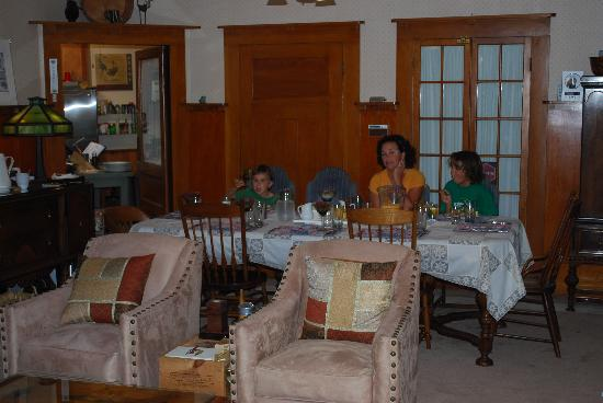 The Cooper House Bed & Breakfast Inn: Dining and sitting area - comfy as home!