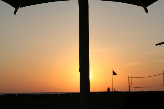 แชงกรีลา ราซา เรีย รีสอร์ท แอนด์ สปา: one of the many sunsets