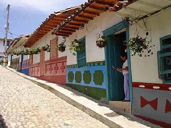 Guatape picture of guatape antioquia department - Fachadas casas de pueblo ...