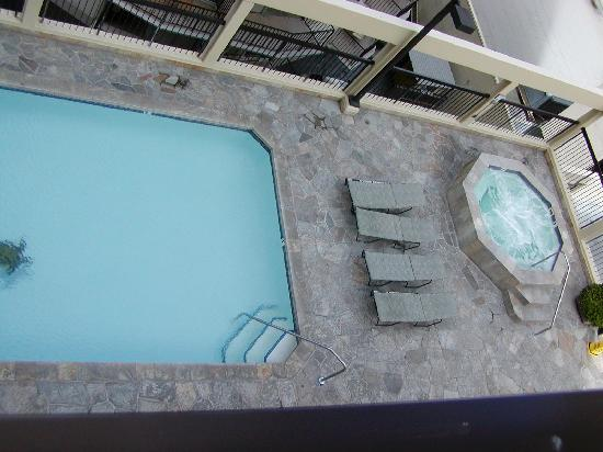 The Residences at Waikiki Beach Tower: Pool/hot tub on 4th floor roof