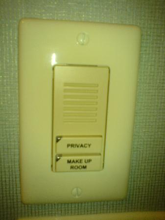 Hampton Inn Suites Detroit-Canton: Panel in the bathroom instead of the traditional hanging door sign
