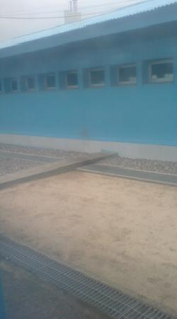 DMZ: 表の石の手前側は北朝鮮内です。