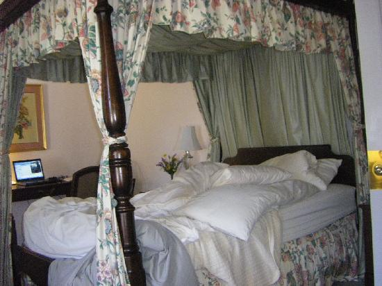 Wake Robin Inn: Our Pretty Bed - Sorry I should have taken this after it was made but you get the idea