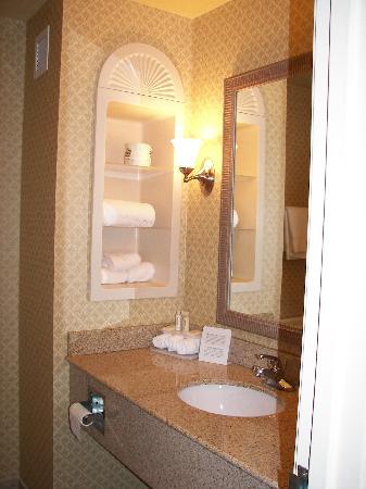 Holiday Inn Express & Suites Parkersburg - Mineral Wells: Modern bathroom