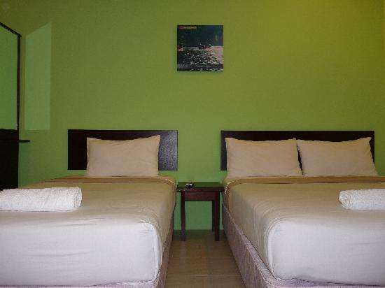 Wau Hotel & Cafe: Spacious triple room