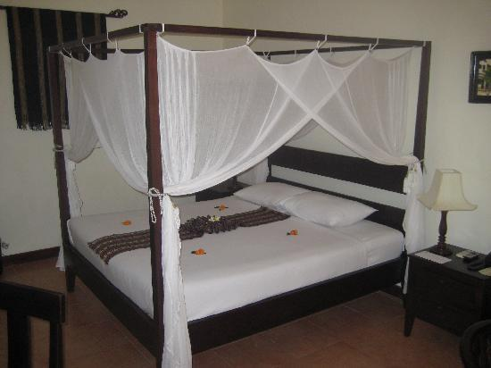 Cham Villas: The bed in our oceanfront villa