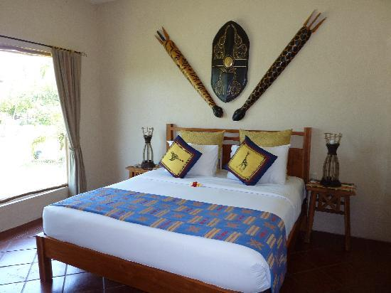 Mara River Safari Lodge: rhino main bed