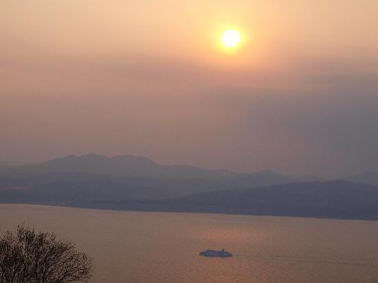 Hachimanzaka: 町の夜景もいいけど函館湾も・・・