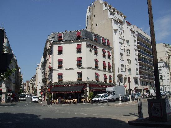 โรงแรมไอเฟลเคนเนดี้: Hotel with Cafe Bar below