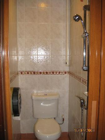 South East Asia Hotel: Small bathroom
