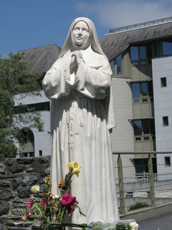 Lourdes, Prancis: Statue of Ste. Bernadette