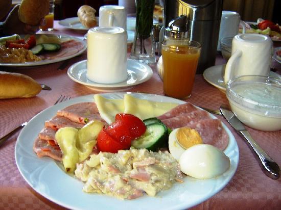 Hotel Happy: Breakfast