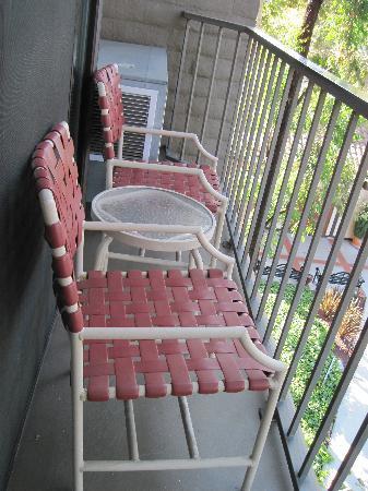 เบเวอร์รี่ การ์แลนส์ ฮอลิเดย์อินน์: Teeny, tiny balcony