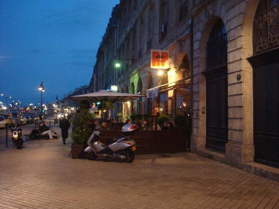 Ragazzi du Peppone : view from the street at night