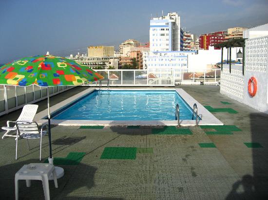 Hotel San Telmo: parches en el suelo de la piscina...