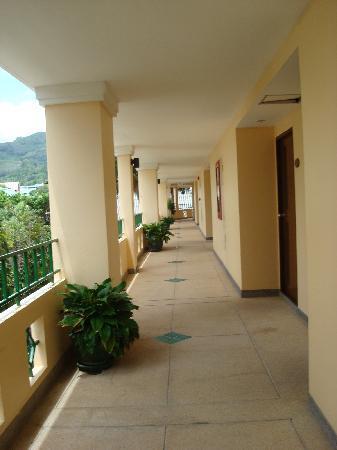 กะรน ซี แซนด์ รีสอร์ท: corridor to rooms