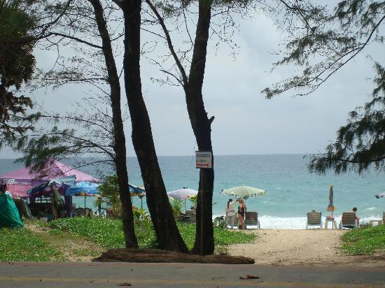 กะรน ซี แซนด์ รีสอร์ท: karon beach opposite the hotel