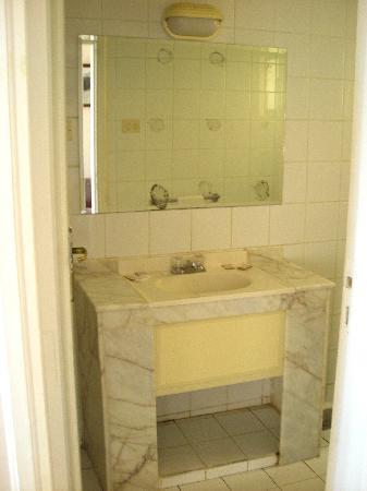 رأس البر, مصر: Marble vanity/bath at the Beau Rivage