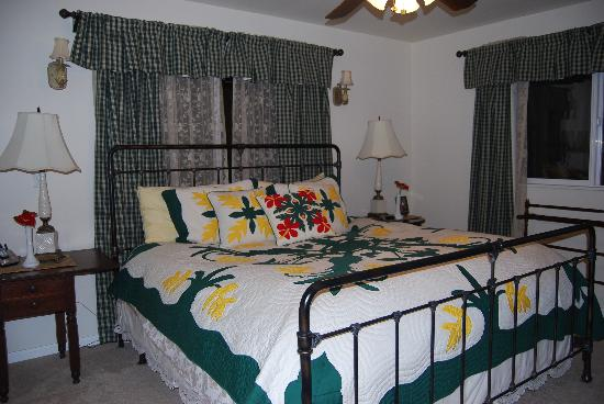 Ohia Plantation House: master bedroom