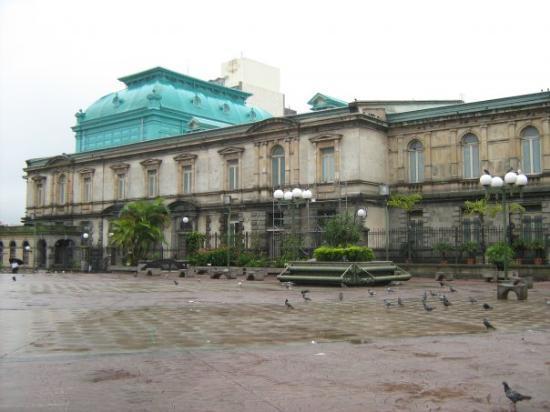 Bonito, MS: En el centro de San José, el teatro Nacional.