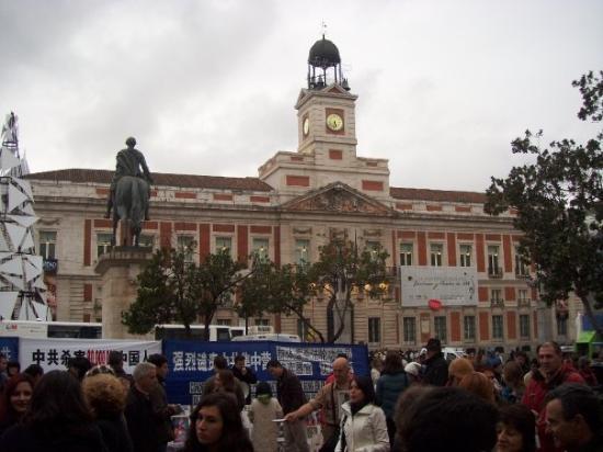 Madrid spanje el oso y madro o de beer en de aardbeiboom for Puerta del sol santiago