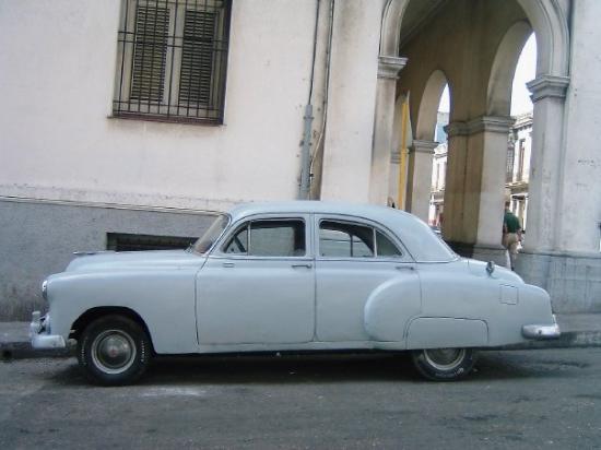 Old Havana: VOITURE ACTUELLE... ET CE N'EST PAS UNE BLAGUE... ON SE DEMANDE COMMENT CA MARCHE...