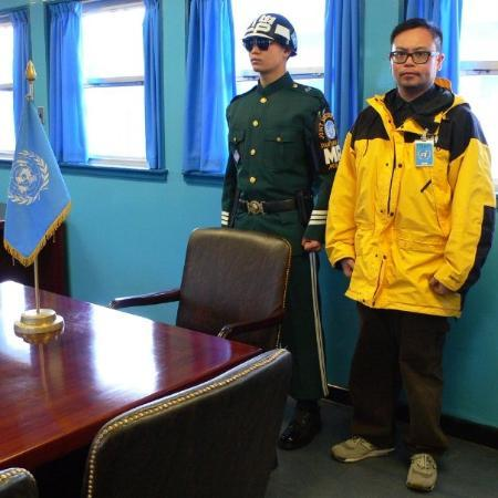 Paju, เกาหลีใต้: Standing with a South Korea soldier and member of the United Nations Command Security Battalion