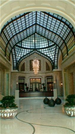 Four Seasons Hotel Gresham Palace: Lobby of the hotel.