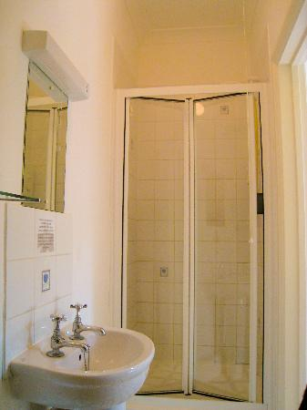 Newport Guest House: shower