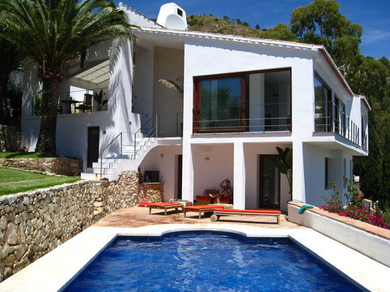 Casa Ventura: view of the house from far end of the pool