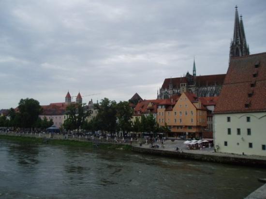 เรเกนสบูร์ก, เยอรมนี: The Dome behind the houses at the Danube.