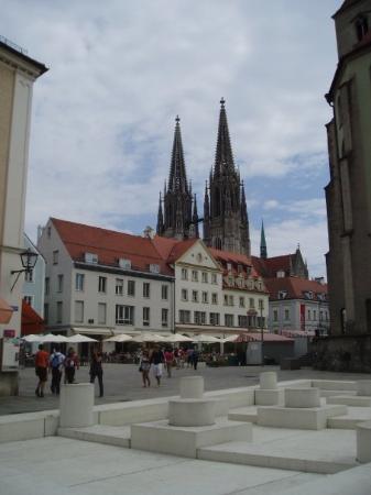 เรเกนสบูร์ก, เยอรมนี: The Dome behind the marketplace.