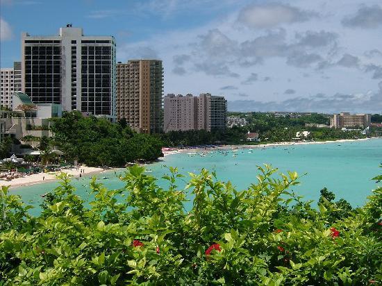 Guam Reef & Olive Spa Resort: プールからビーチへすぐいけます