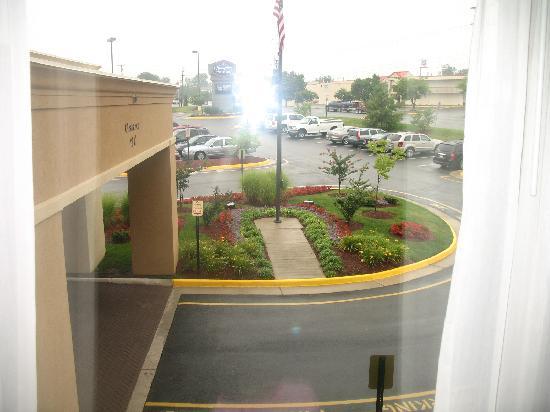 Hampton Inn & Suites Fredericksburg South: PARKING LOT