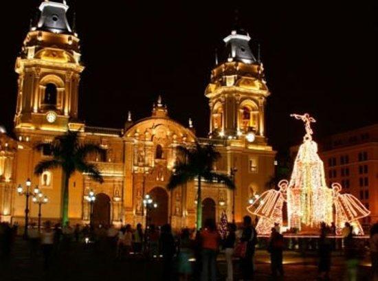 Centro histórico de Lima: Vista de la catedral de lima de noche.La construcción de la catedral de Lima se inicia en 1535