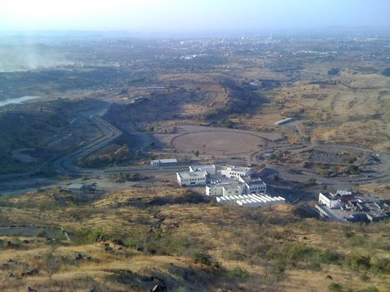 Pune, Índia: The upcoming international cricket stadium..as seen from   on top of an overlooking hill