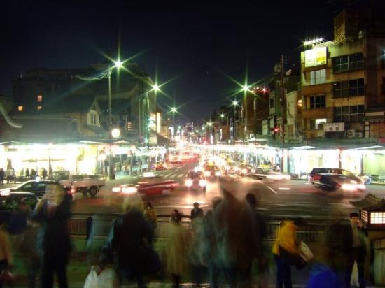 กิอง: Gion main street by night..