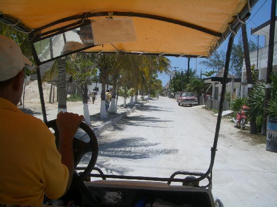 Holbox Hotel Casa las Tortugas - Petit Beach Hotel & Spa: Al Hotelito Casa las Tortugas con il taxi carritos