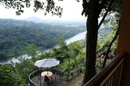 Villa Rosa: Blick von der Hotelterrasse auf den Mahaweli
