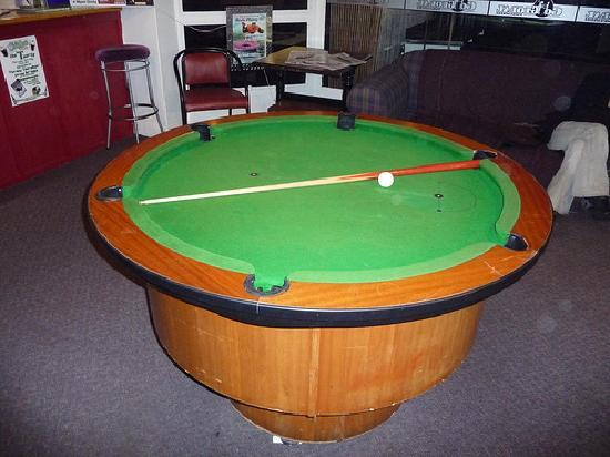 Finns Global Backpackers: They have a round pool table!