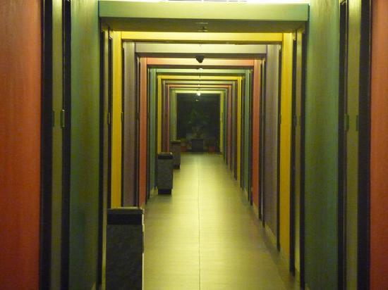 FM7 Resort Hotel Jakarta : Multi-colored hallway