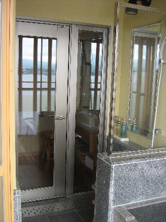La salle de bains donnant sur l'extérieur