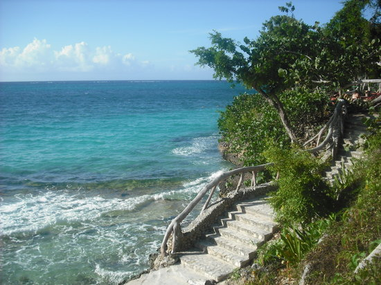 Paradisus Rio de Oro Resort & Spa: Steps down to beach
